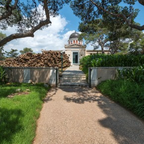 The verdant, the vitrines and the vanishing act: Villar Rojas' Athensintervention